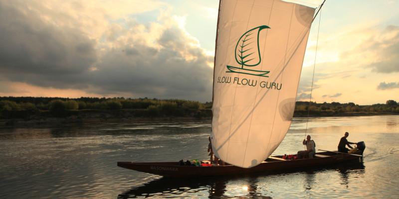 Tradycyjna łódź drewniana Basonianka na żaglu na Wiśle pod Bobrownikami